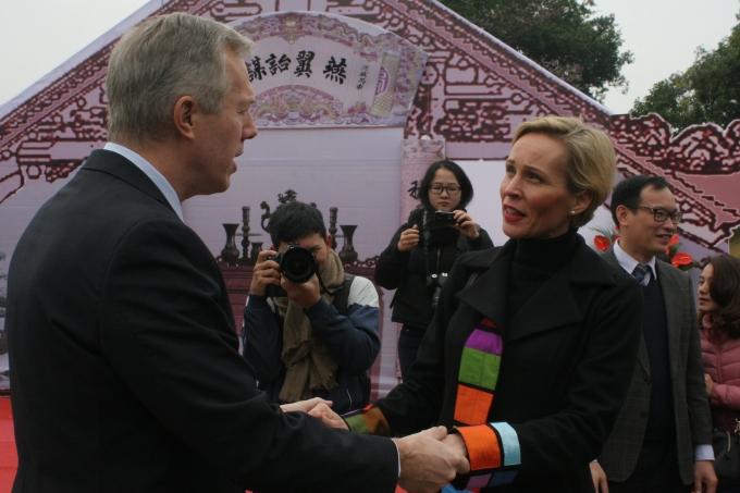 Cuộc gặp gỡ giữa Đại sứ quán Mỹ và Đại sứ quán Thụy Điển tại Văn Miếu trước giờ Đại sứ quán Mỹ khai bút.