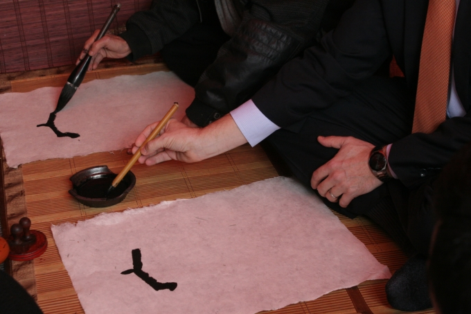 Những nét bút đầu tiên trong chữ An Khang.