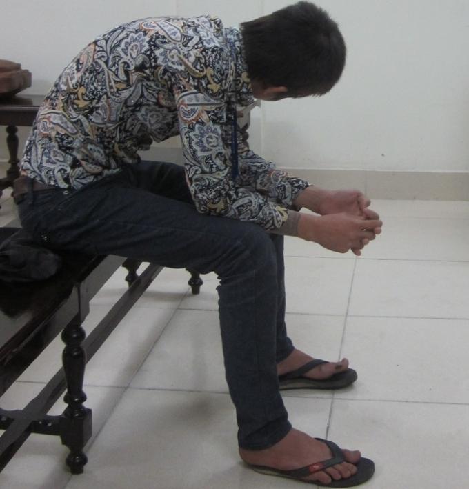 Trong phiên xét xử hôm nay bị cáo luôn cùi gằm mặt né tránh ống kính của PV