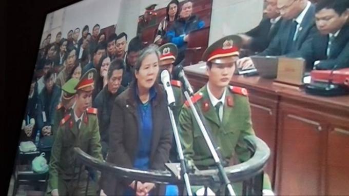 Bị cáo Chử Thị Kim Hiền (cựu phó giám đốc Ngân hàng Agribank Chi nhánh Nam Hà Nội) mở đầu phần thẩm vấn (Ảnh: Duy Khương)