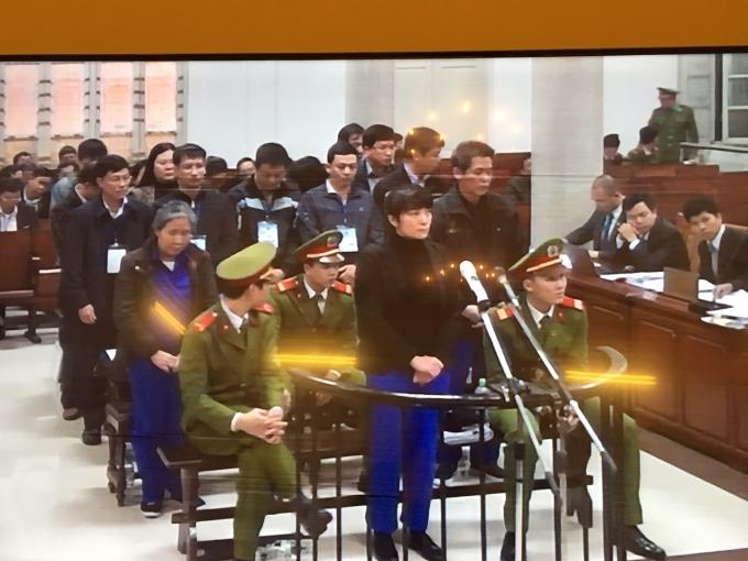 Phạm Thị Bích Lương(SN 1969, cựu giám đốc Agribank Chi nhánh Nam Hà Nội), cùng các bị cáo trước vành móng ngựa tron phiên xử sáng nay (Ảnh: Duy Khuơng)