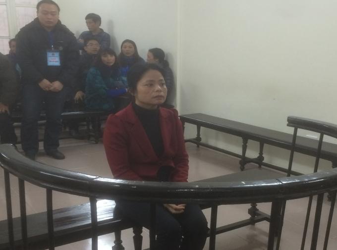 Bị cáo Nguyễn Thị Phương trước vành móng ngựa.