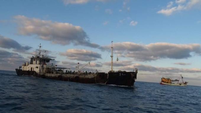 Các tàu cá nước ngoài hoán cải chở dầu lậu.