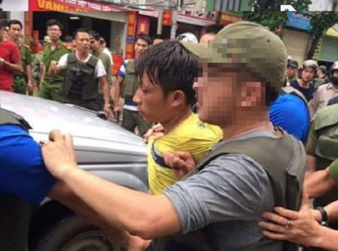 Đối tượng Bình (áo vàng), bị lực lượng chức năng bắt giữ sau 1 ngày gây án.
