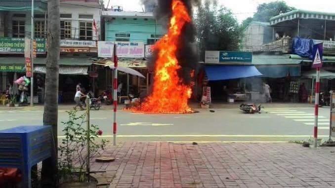 Xe máy bất ngờ bốc cháy dữ dội khi dựng kề bếp than.