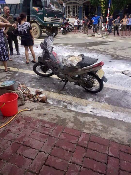 Chiếc xe máy bên cạnh cũng hư hỏng, biến dạng khi lửa bắt sang