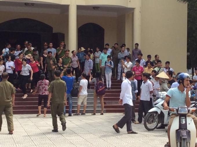Hàng trăm người dân tới tham dự buỗi công khai xin lỗi ông Trần Văn Thêm.