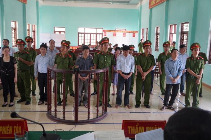Trước đó, trong phiên xét xử sơ thẩm từ (15-21/9) Lương Thị Thảo (áo đen bên phải ngoài cùng) bị tuyên phạt chung thân.