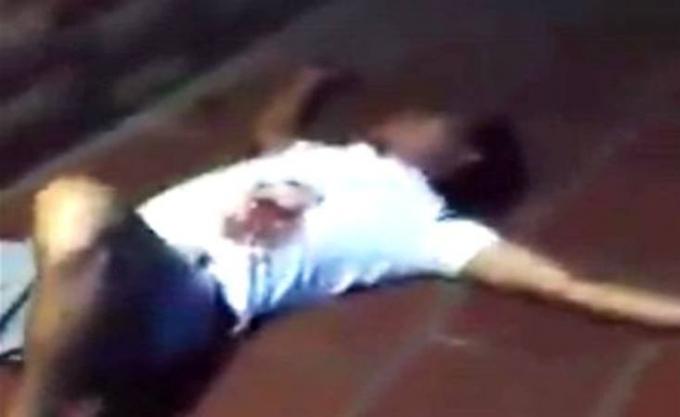 Một thanh niên bị đâm gục sau khi va chạm giao thông xảy ra. (Ảnh: cắt từ Clip)