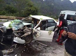 Hiện trường vụ tai nạn,2 xe ô tô nói trên đều hư hỏng khá nặng phần đầu xe.