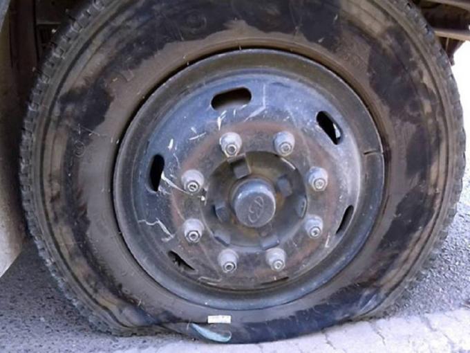 Xe ô tô bị xịt lốp khi bị dính phải đinh gắn trên xốp.