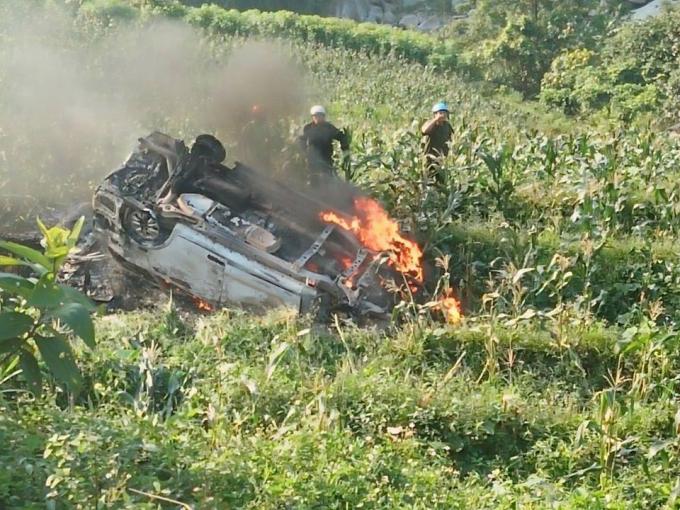 Chiếc xe lao xuống vực và bốc cháy dữ dội.