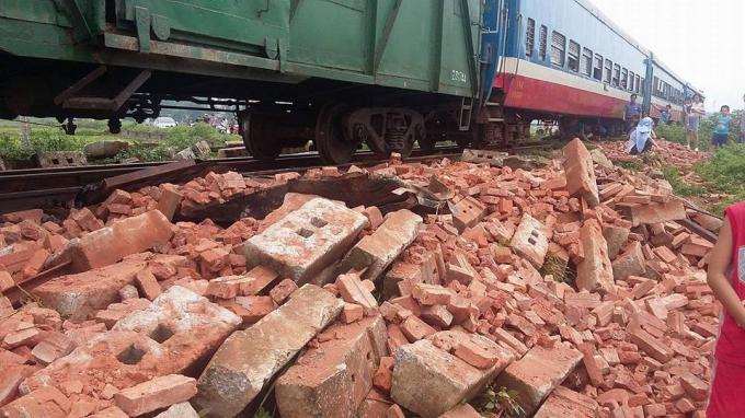 Sự việc khiến giao thông đường sắt tê liệt nhiều giờ.
