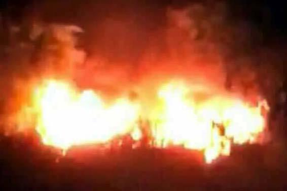 Chiếc xe ô tô sau đó đã bị người dân đốt. (Ảnh: FB)