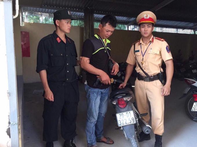 Đối tượng Vũ Văn Hoà (giữa) bị lực lượng chức năng bắt giữ.