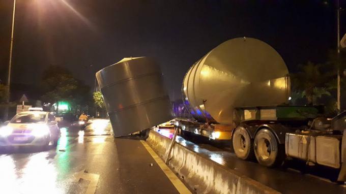 Chiếc xe tảibị văng một bồn ra đường.