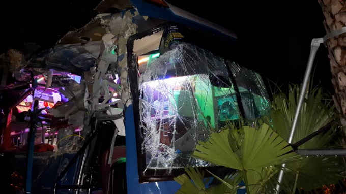 Phần đầu xe bị vỡ nát, nhiều đồ đạc và giường nằm biến dạng