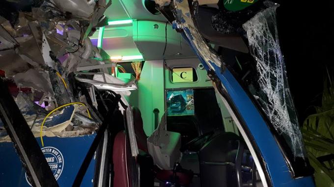 Phần đầu xe khách bị biến dạng hoàn toàn.