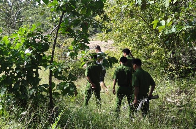 Đội Trinh sát Trại giam Sông Cái truy lùng phạm nhân bỏ trốn.