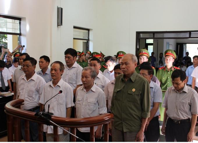 Các cựu cán bộ Đồng Tâm trước vành móng ngựa trong phiên sơ thẩm.