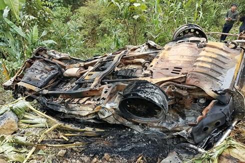 Vụ tai nạn đã làm ô tô bốc cháy, máy xúc hư hỏng, 3 người ngồi trên xe ô tô và và máy xúc bị thương nặng. (Ảnh: Vov).