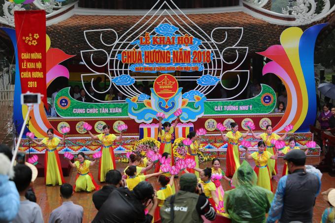 Văn nghệ chào mừng khai hội Chùa Hương.