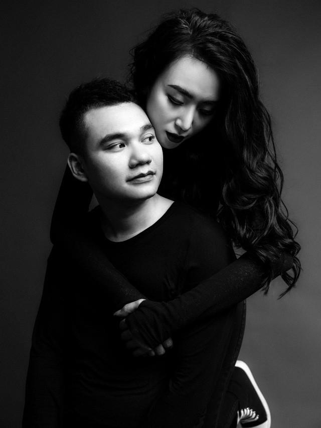 Khắc Việt và vợ DJ 9x vừa tung bộ ảnh cưới đen trắng đầy ngọt ngào và lãng mạn. Đám cưới của họ diễn ra tại Yên Bái - quê chú rể rồi mới diễn ra tại Hà Nội.