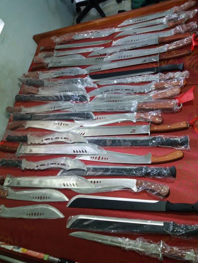 Tiến quảng cáo và bán các loại loại dao, kiếm, gậy ba khúc baton, bình xịt hơi cay, đèn pin chích điện cho mọi người.