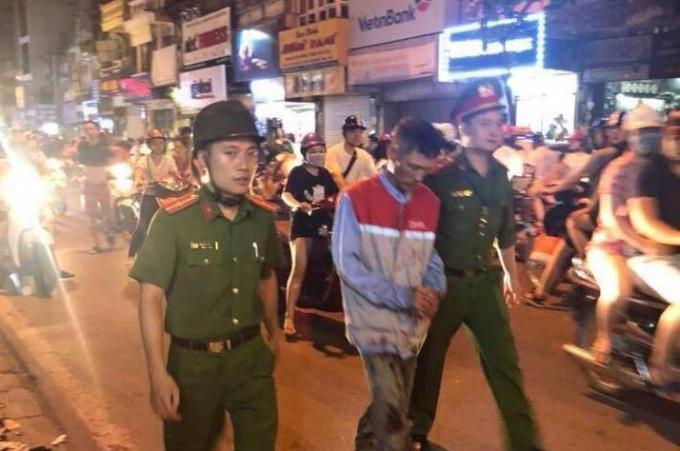 Người đàn ông bị lực lượng công an bắt giữ ngay sau đó.