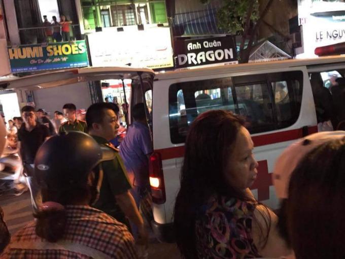 Người dân đưa nạn nhân đi cấp cứu.