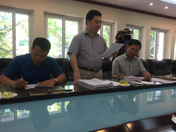Ông Trần Đông Dực (người đứng) - Giám đốc trung tâm phát triển quỹ đất quận Cầu Giấy thông tin với báo chí về vụ việc.