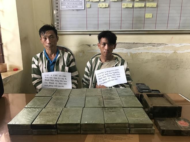 Hai đối tượng bị bắt giữ cùng số lượng ma túy khủng.
