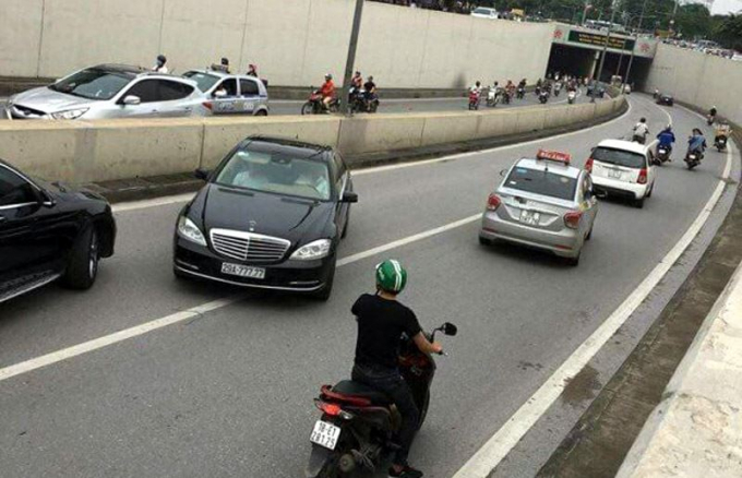 Hình ảnh chiếc xe ô tô Mercedes 29A-777.77 vô tư chạy ngược chiều qua đường một chiều hầm Kim Liên.