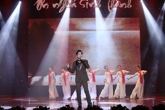 Ca sĩ Ngọc Sơn tham gia biểu diễn trong chương trình