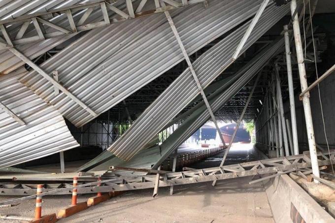 Sự cố sập giàn giáo trước cửa hầm Thủ Thiêmtại TPHCM sáng 16.10 khiến giao thông khu vực phía Đông thành phố tê liệt nhiều giờ liên tục, mà nguyên nhân ban đầu được cho là một xe tải chở hàng cồng kềnh.