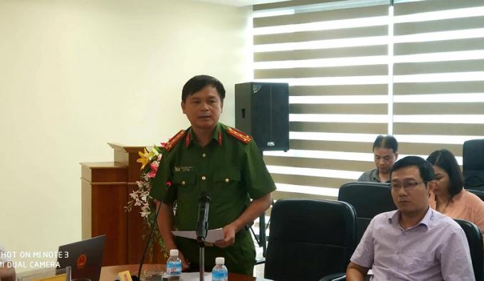 Đại tá Thái Hồng Công thông báo đã khởi tố vụ án cài mìn. Ảnh: Plo