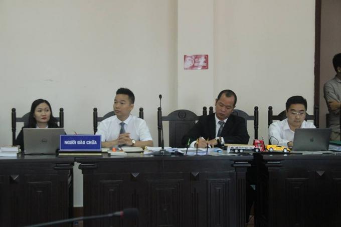 Các luật sư bào chữa cho bị cáo trong phiên tòa phúc thẩm.