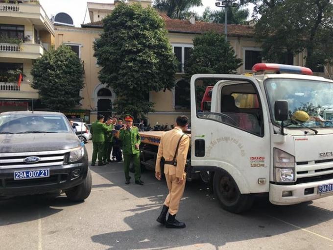 """Công an Hoàn Kiếm xử lý nhiều bãi trông xe trái phép có biểu hiện thu phí kiểu """"chặt chém""""."""