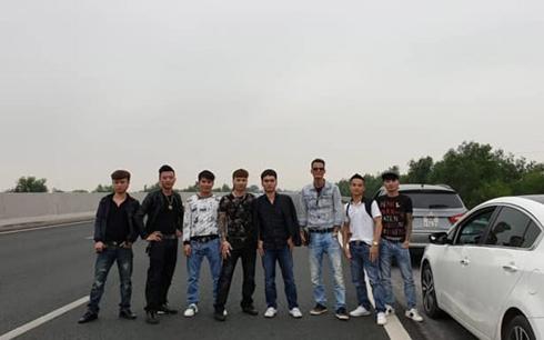 """Nhóm """"Khá bảnh"""" dàn hàng chụp hình trên cao tốc Hà Nội - Hải Phòng."""