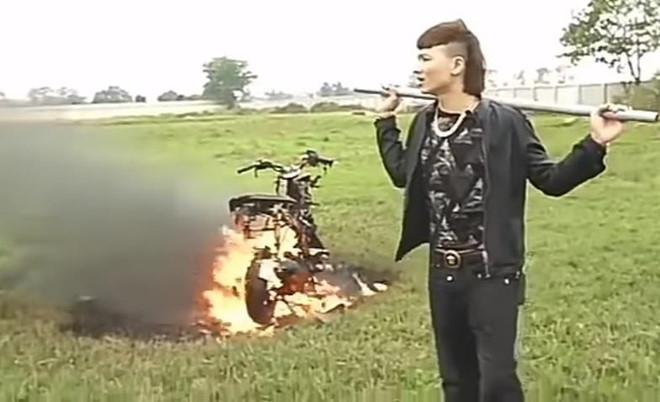 Khá Bảnh đốt xe máy.
