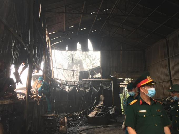 Theo thông tin ban đầu, khu vực kho xưởng bị cháy tại ngõ 1 Đại Linh nằm sau trong khu dân cư hàng trăm mét, có nhiều vật liệu dễ cháy như đồ nhựa, đồ gỗ nên đã cháy lan và nhanh chóng thiêu rụi.