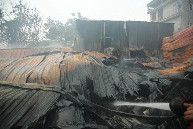 Toàn bộ mái của 4 khu nhà xưởng bị sập.