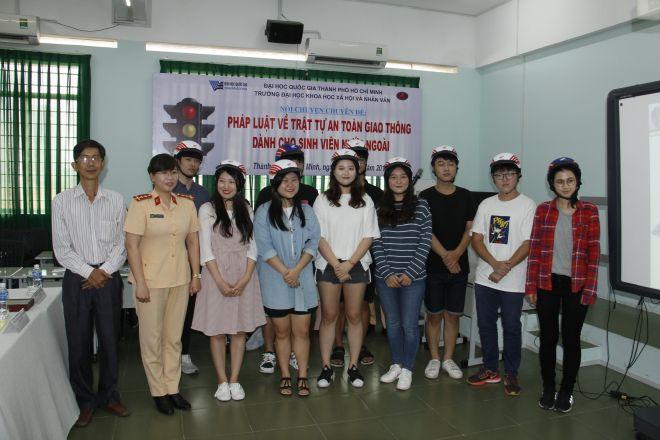 CSGT TP Hồ Chí Minh nói chuyện chuyên đề pháp luật về TATTGT dành cho sinh viên người nước ngoài.