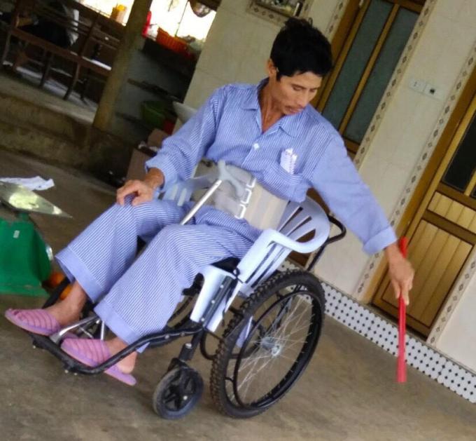 Ông Trinh giờ phải ngồi xe lăn, tổn hại sức khoẻ hết sức nặng nề.