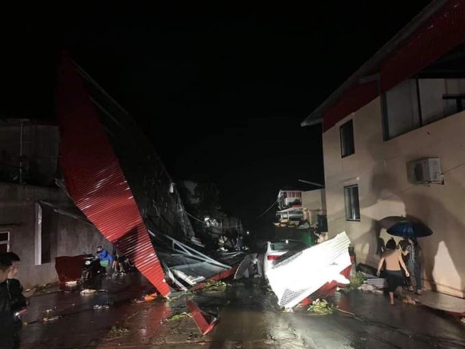 rận mưa đá, lốc xoáy kinh hoàng tối ngày 2/3 đã khiến 4 người bị thương, gần 3000 ngôi nhà tốc mái...