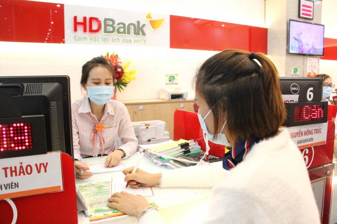 Cùng chung tay phòng chống và đẩy lùi dịch Covid-19, HDBank triển khai nhiều chương trình thiết thực hỗ trợ khách hàng: cộng thêm lãi suất tiền gửi tiết kiệm, miễn phí chuyển khoản nội địa trong hệ thống HDBank, giảm lãi suất vay có tài sản đảm bảo lên đến 2%.