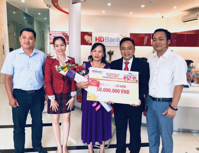 HDBank Thanh Bình chúc mừng khách hàng Đỗ Thị Yến trúng giải Nhì