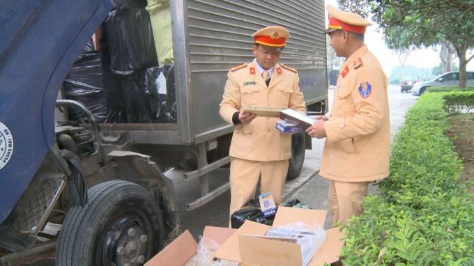 Bắt giữ 1 xe tải chế thùng phụ chở 16 nghìn bao thuốc lá lậu
