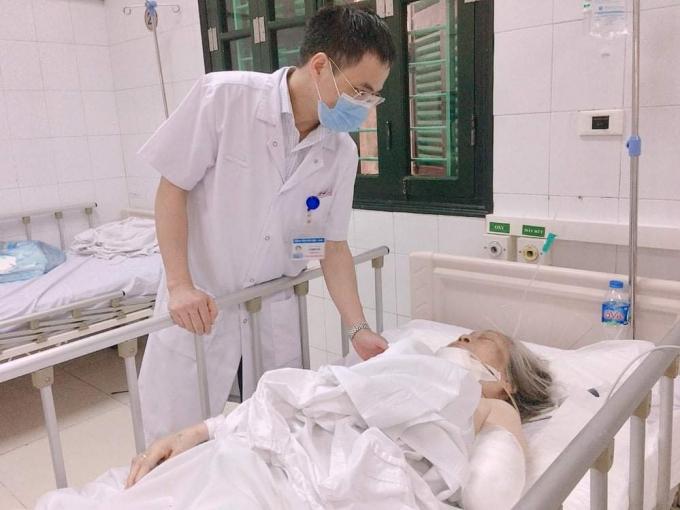 TS.BS Lê Mạnh Sơn – Trưởng khoa Phẫu thuật Chấn thương chung, Bệnh viện HN Việt Đức thăm khám cho cụ T sau phẫu thuật