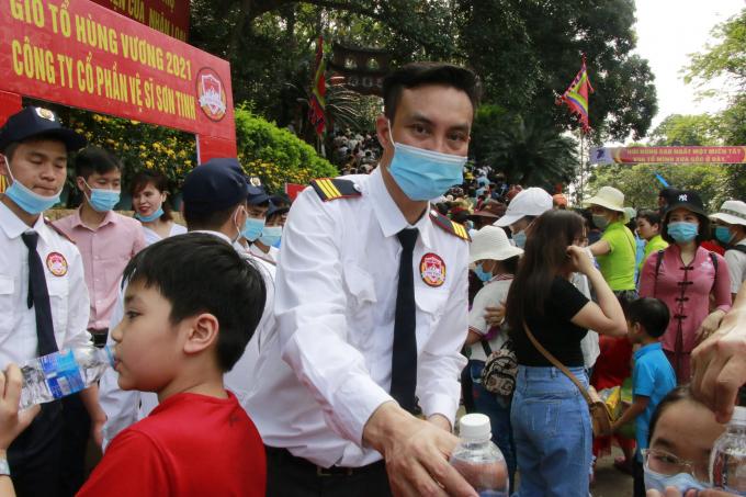 Anh Trần Kim Sơn – Giám đốc Công ty cổ phần vệ sĩ Sơn Tinh là người con đất tổ, rất vui mừng vì góp chút công sức nhỏ bé của mình vào để đảm bảo an ninh cho ngày lễ hội